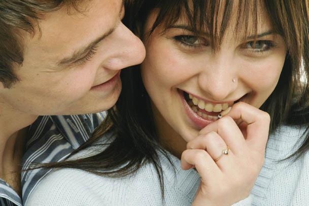 Mulher sorrir chama atenção dos homens