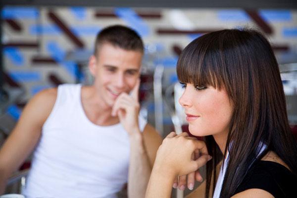 Como chegar em uma mulher que tem namorado mas me dá mole?