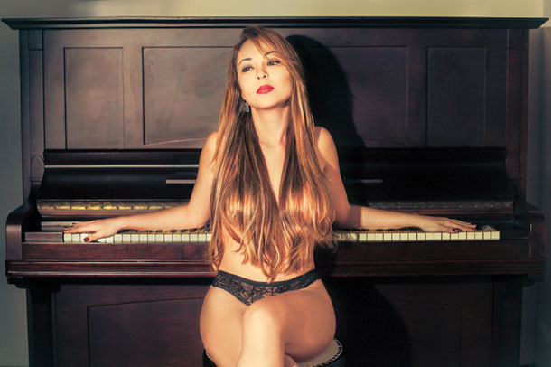Pianista toca piano pelada