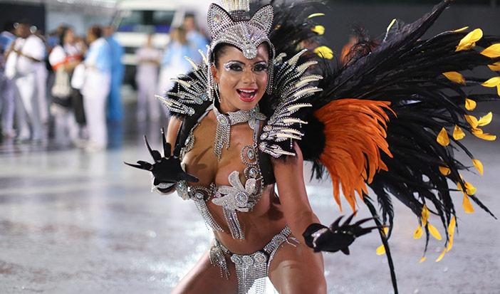 Minha mulher quer desfilar completamente nua no carnaval, mas tenho medo do julgamento dos outros!