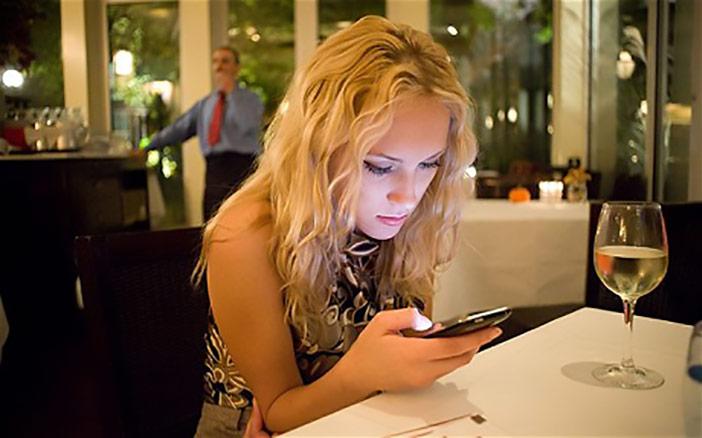 Socorro: Minha namorada não sai da Internet e dos grupos do Whatsapp!